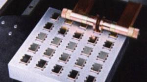 溶接治具の一例。最大25個の    パッケージを1回でシーム溶接。